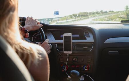 Conducir con chanclas, descalzo o sin camiseta puede suponerte una multa de tráfico, y esta es la razón