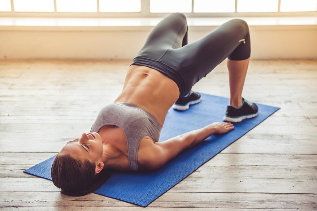 Seis ejercicios de piernas y glúteos perfectos si teletrabajas y no te mueves mucho de la silla