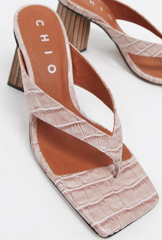 Mules de cuero con diseño de efecto cocodrilo y tira en el dedo en color rubor de Chio
