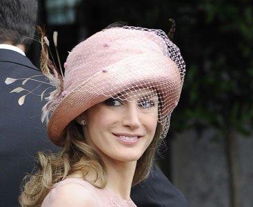 Look de la princesa Letizia en la boda real inglesa: una voilette en el sombrero firmado Pablo y Mayaya