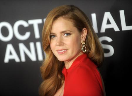 El color rojo (y Tom Ford) vuelven a hacer brillar a Amy Adams en el estreno de su nueva película