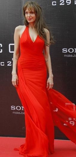 angelina jolie versace rojo