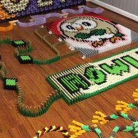 Un fan utiliza más de 14.000 fichas de dominó para crear a los Pokémon iniciales de Pokémon Sol y Luna