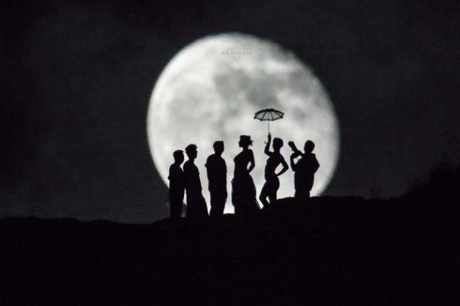 """""""No importa el tamaño, importan las ideas"""": Siluetas frente a la luna"""