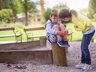 """El """"banco de los amigos"""", la maravillosa idea de una alumna de nueve años para que ningún niño se sienta solo en el recreo"""