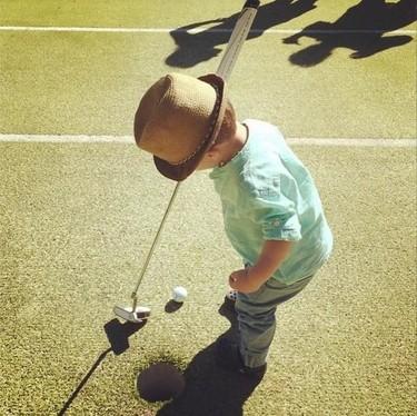 Adivina quién... le pega al golf desde pequeñito