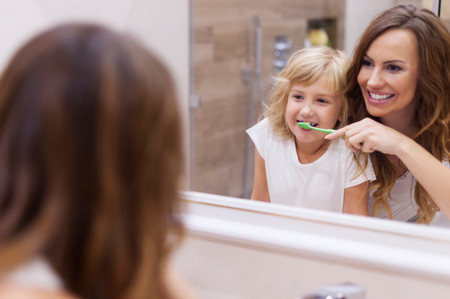 madre-ayudando-a-cepillarse