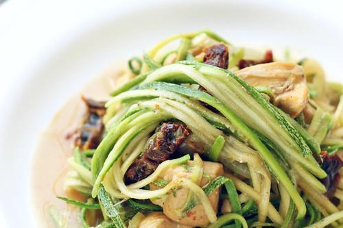 Pollo con jitomate deshidratado y noodles de calabaza. Receta saludable
