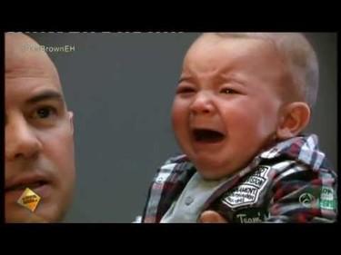 El código de la felicidad: un bebé pasa en cinco segundos del temor de un extraño a la seguridad de su madre
