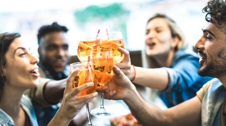 Mezclar alcohol y bebidas energéticas es habitual y puede traer problemas de salud: todos los riesgos a los que nos enfrentamos