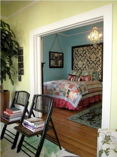 Puertas abiertas: un apartamento pequeño y romántico