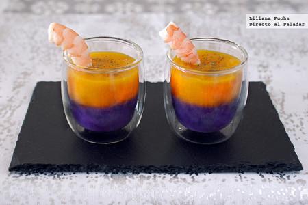 Vasitos bicolores de calabaza y lombarda con langostinos: receta para un aperitivo de fiesta