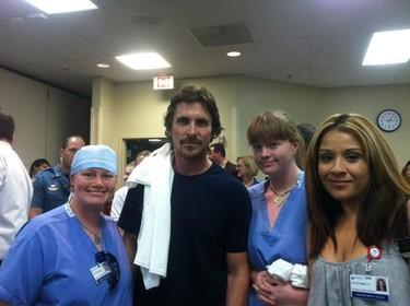 Sombrerazo a Christian Bale por estar al lado de los heridos de la matanza de Denver