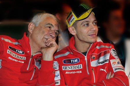 Valentino Rossi, su hombro y la aventura ducatista