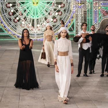 Dior decora todo un pueblo italiano y convierte sus calles en su pasarela particular para el desfile Crucero 2021