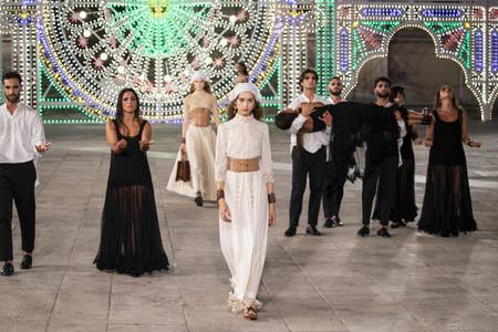 Dior decora todo un pueblo italiano y convierte sus calles en su pasarela particular para el desfile Crucero 2020