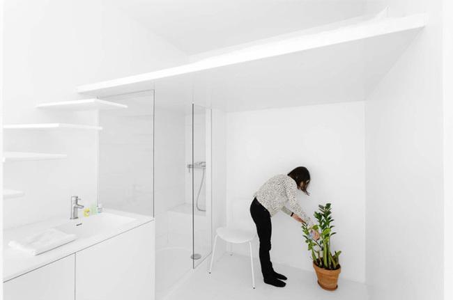 Foto de La luz como articuladora de espacios en este pequeño apartamento parisino (7/7)