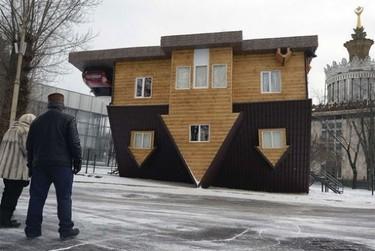 Esto es lo que sucede cuando se empieza la casa por el tejado... en sentido literal
