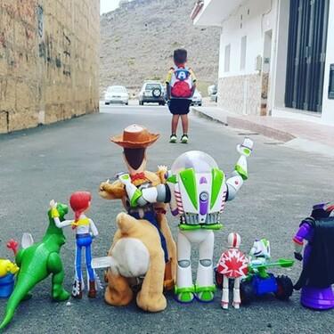 Los juguetes de Toy Story despiden a Enzo en su primer día de clase, y la foto se vuelve viral