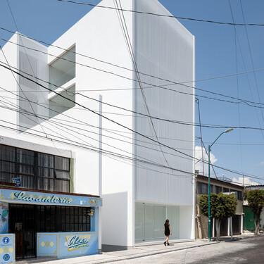 Un edificio torre en Morelia (México) de líneas limpias minimalistas y modernas, que respeta el pasado arquitectura del barrio en el que se ubica