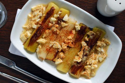 Puerros asados con vinagreta de mostaza y huevo: deliciosa receta para los amantes de esta verdura