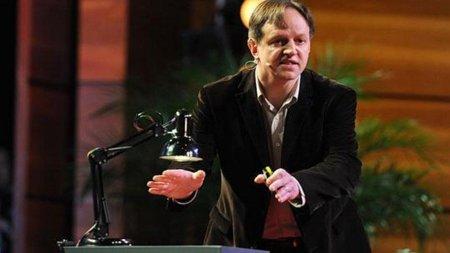 Harald Haas muestra un flexo con D-Light, su prototipo para las Comunicaciones por Luz Visible
