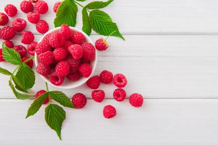Frambuesas de temporada, una fruta de verano tan fresca como versátil: qué es, cómo prepararla y seis recetas para aprovecharla