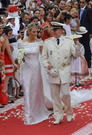Boda Real en Mónaco: Alberto II lucía el uniforme de coronel de la compañía de Carabineros, Charlene clásica y de Armani Privè