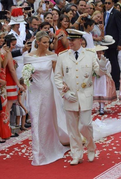 Boda Real en Mónaco  Alberto II lucía el uniforme de coronel de la compañía  de Carabineros eb6174260205f