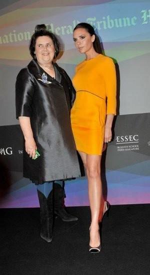¡Horror! Victoria Beckham de amarillo