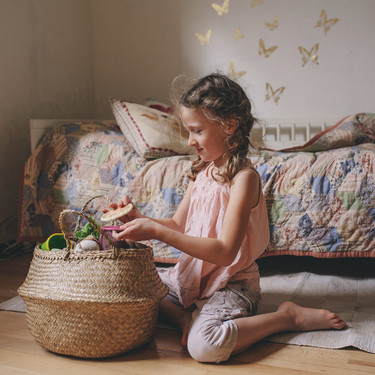 El cesto de los tesoros: qué beneficios aporta al desarrollo del niño y cómo hacer uno con objetos cotidianos