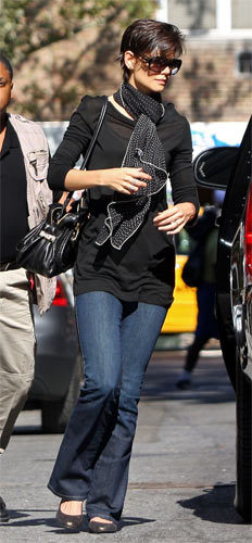 Katie Holmes sabe llevar un pañuelo