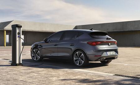 Los coches más vendidos de 2021: el SEAT León se lleva el primer asalto en su batalla con el Dacia Sandero