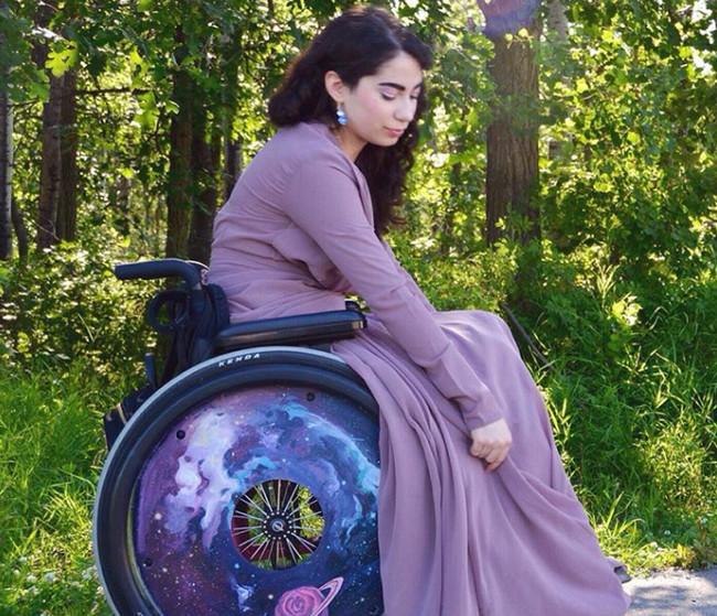 Así ha convertido esta estudiante su silla de ruedas en un mensaje body positive del que todos podemos aprender