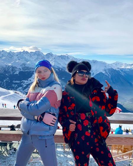 Priyanka Chopra Y Shopie Turner En Los Alpes