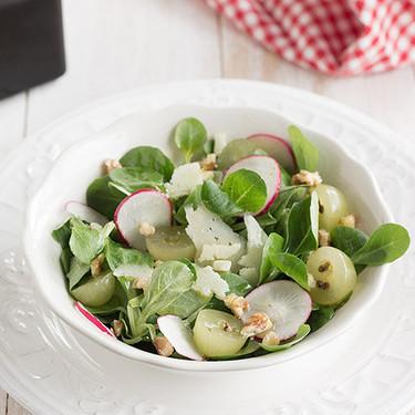 Ensalada de uvas, queso y canónigos, receta rápida para una cena de verano