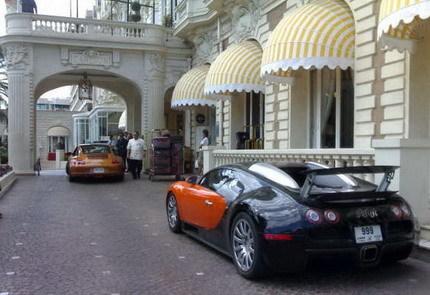 El Bugatti Veyron BBB del Sultán de Brunei acompañado por su escolta