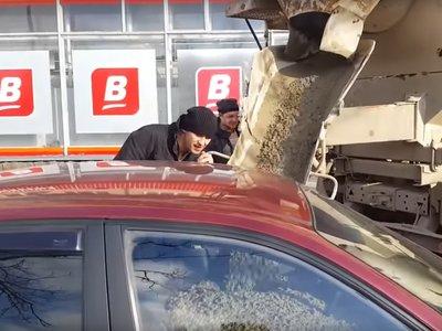 Venganza rusa: ella cambia su apellido por el nombre de un supermercado y él le llena el coche de hormigón