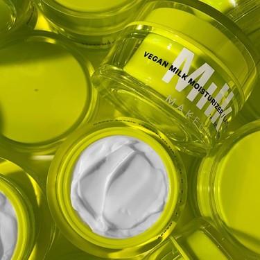 Además de ser preciosa, la crema hidratante vegana de Milk Makeup funciona increíble para las pieles secas (la hemos probado)