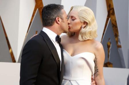 Lady Gaga apuesta por el trampantojo para su cómodo vestido blanco en los Oscar 2016