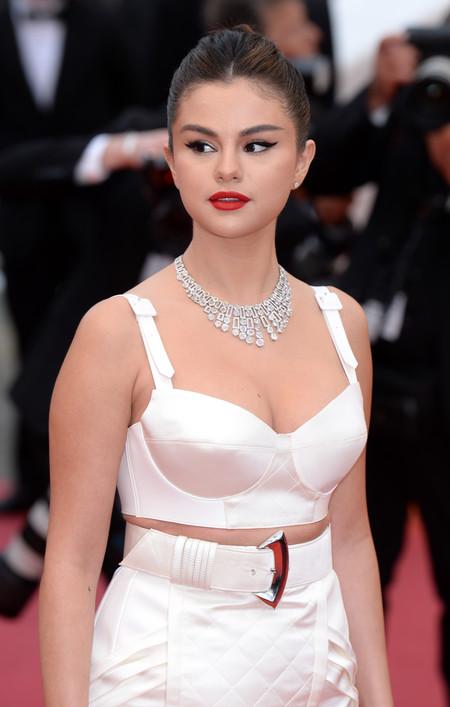 Selena Gomez pisa con fuerza la alfombra roja del Festival de Cannes... pero patina
