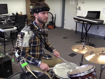 Este baterista tiene tres brazos, uno es un miembro robótico