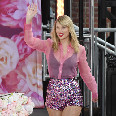 """El último estilismo de Taylor Swift nos hace soñar con unicornios multicolor (en clave cool) y coincide con el último lanzamiento de su nuevo disco """"Lover"""""""