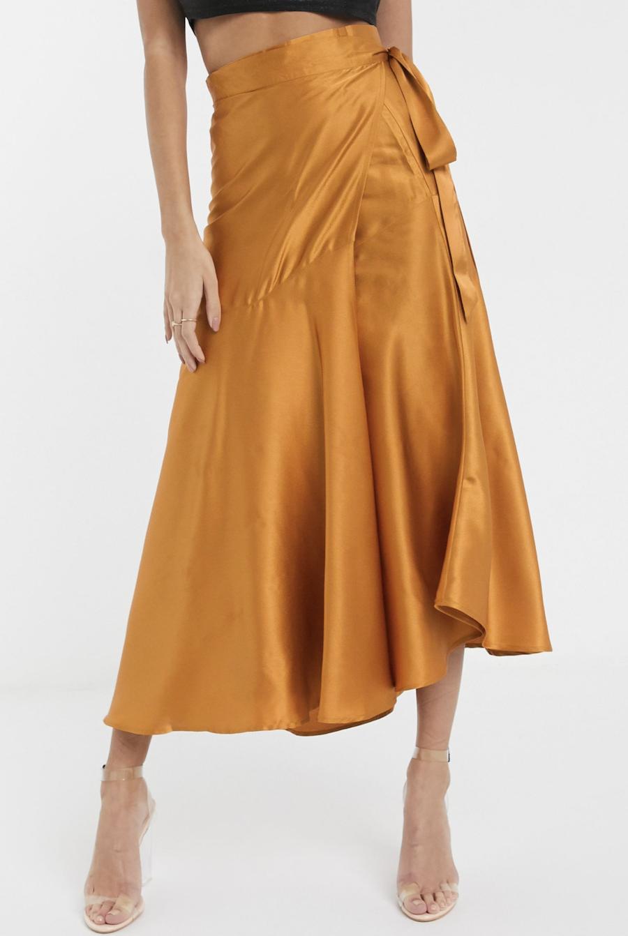Falda cruzada con volantes de satén en color teja de Unique 21