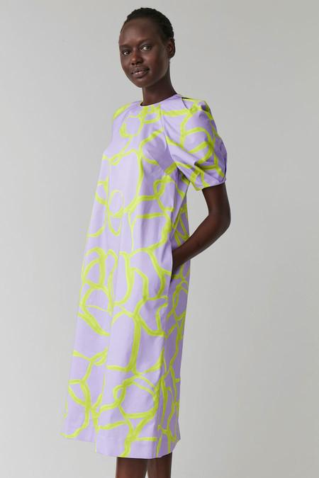 Nueve (+1) vestidos de COS con un diseño tan sofisticado que podríamos ver sobre las pasarelas de las principales marcas de lujo