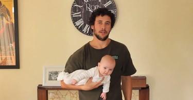 17 maneras de coger a tu bebé en un divertido vídeo