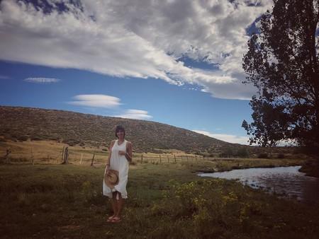 Cinco vestidos blancos con los que copiar el look de Sara Carbonero y seguir apurando el verano con mucho estilo