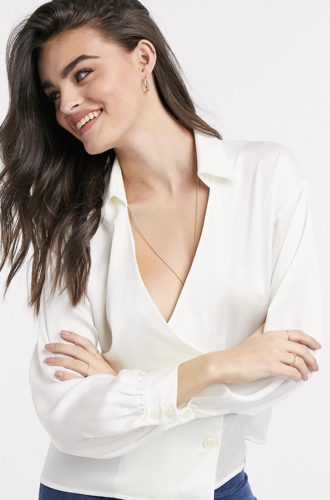 Camisa de satén estilo esmoquin con diseño cruzado en crema de ASOS DESIGN