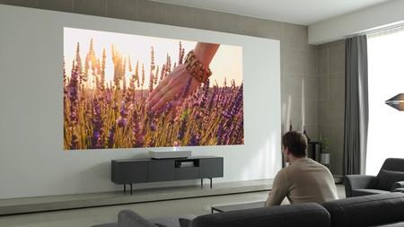 LG CineBeam Laser 4K, el nuevo proyector que nos promete una imagen de 120 pulgadas en UHD a una distancia de 18 centímetros