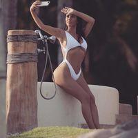 Kim Kardashian, no contenta con desnudarse de nuevo, lo hace subida a un árbol